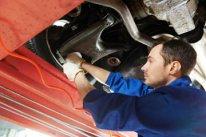 mechanik samochodowy w pracy